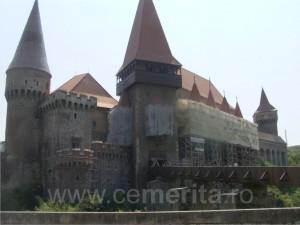 Ca mai toate monumentele, si Castelul de la Hunedoara e cu schele pe fatada