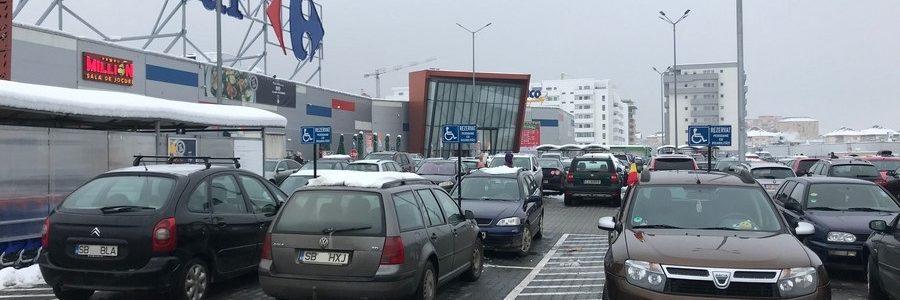 În vreme ce ignoră problema parcărilor ilegale pe locurile celor cu dizabilităţi, Shopping City Sibiu măcar şi-a marcat parcările în culori.