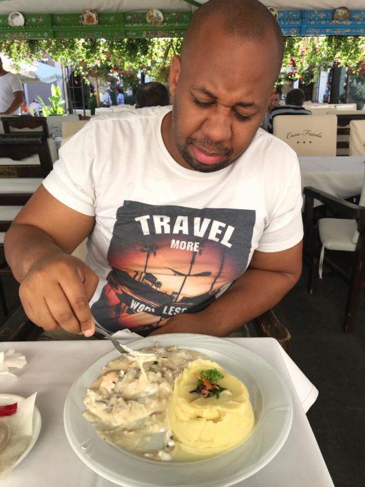 Erick, făcându-şi curaj să guste din mâncarea ce arată ca o...